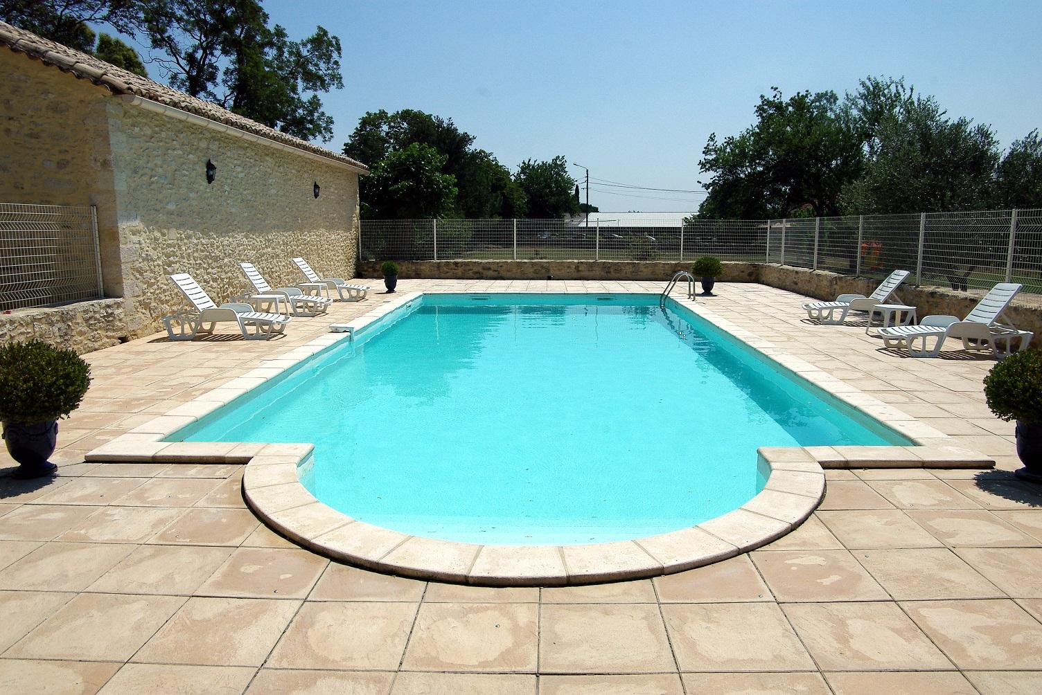 La piscine le mas d 39 azur for Piscine depot uzes